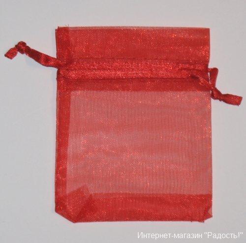 красные подарочные мешочки из органзы размером 7х9 см, фото на белом фоне