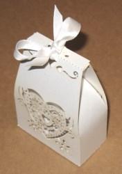 белые бомбоньерки для свадьбы с сердцем