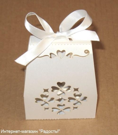 плоские белые бомбоньерки с сердечками (7 х 3,5 см, высота 9 см)