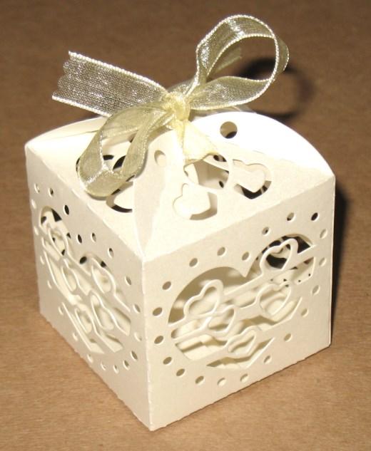 Бомбоньерки коробочки для свадьбы Маленькие сердечки из картона бежевого цвета