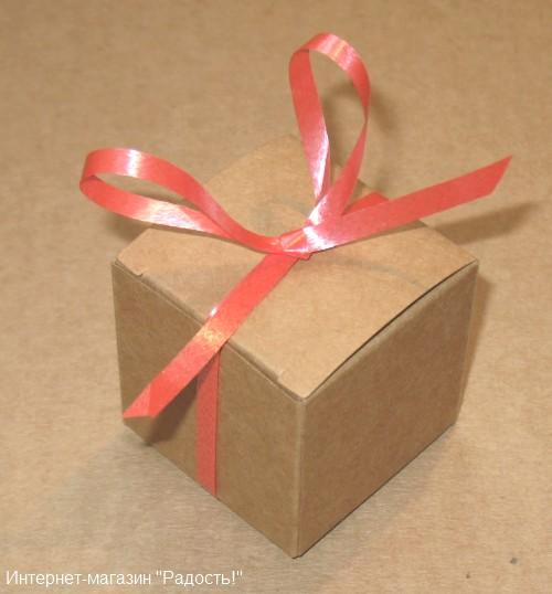 подарочная коробочка из крафт-картона, украшена пластиковой лентой красного цвета