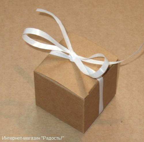 подарочная коробка из крафт-картона с белой лентой