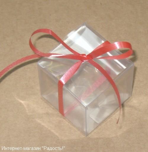 прозрачная бомбоньерка с красным бантом из пластиковой ленты