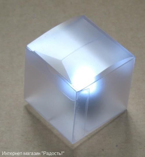 пластиковая матовая подарочная коробка с фонариком внутри