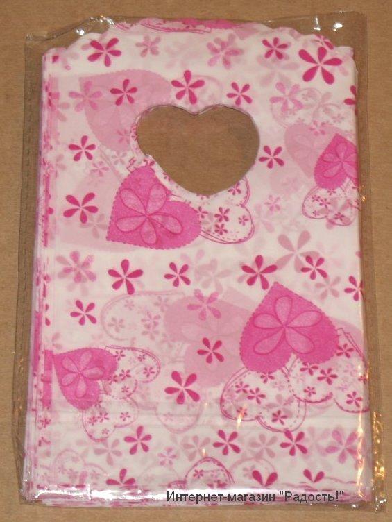 белые подарочные пакеты с розовыми сердечками и цветами