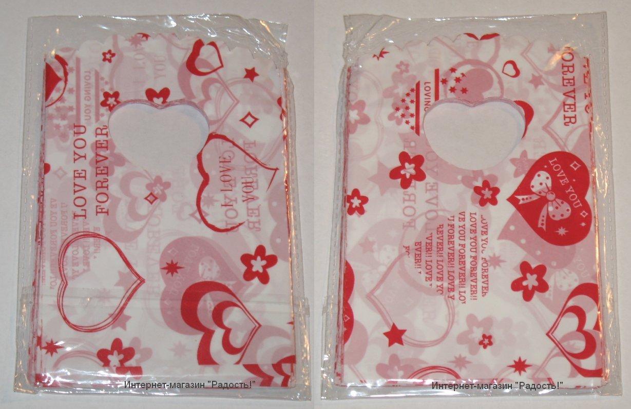 белые подарочные пакеты с красными сердечками