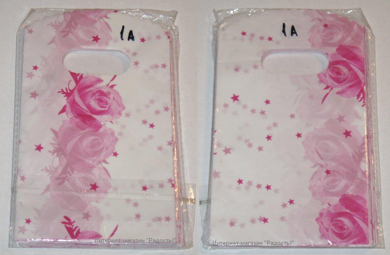 белые подарочные пакеты с розовыми звёздами и розами
