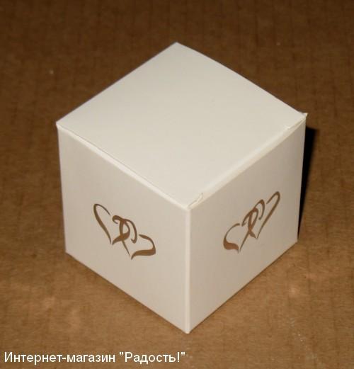 "Белая картонная коробочка ""Кубик"" с сердечком"