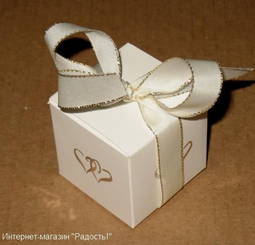 """Белая картонная коробочка """"Кубик"""" с сердечком с лентой бежевого цвета"""