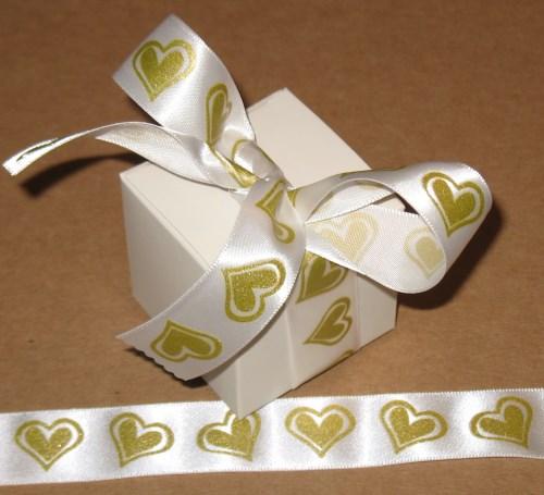 Фото бомбоньерки с золотыми сердечками