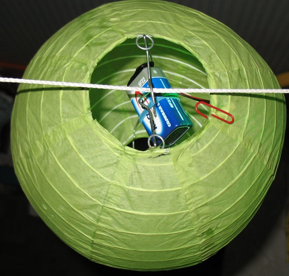 пример №1: закрепление светодиодной подсветки на подвесном китайском фонарике с помощью канцелярской скрепки
