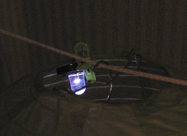 Закрепление подсветки на китайском бумажном фонарике с помощью пластикового крокодила