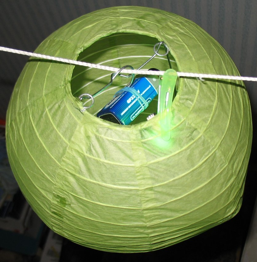 пример №2: закрепление светодиодной подсветки на подвесном китайском фонарике с помощью пластикового крокодила (детской заколки для волос)