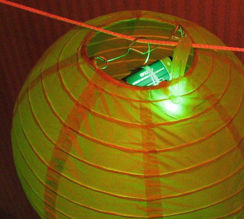 пример закрепления светодиодной подсветки на подвесном китайском фонарике