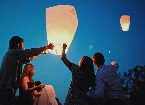 Запуск небесного фонарика украсит любую вечеринку и порадует ваших друзей
