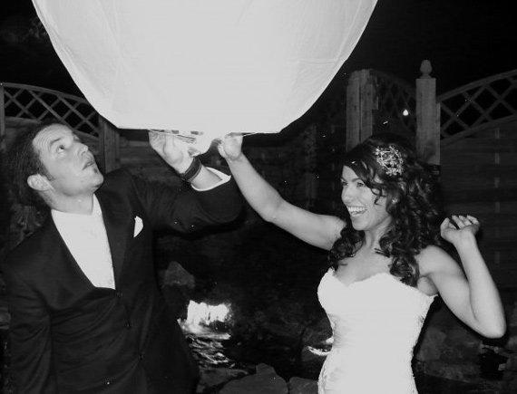 жених и невеста отправляют в полёт свой семейный небесный фонарик