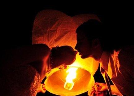 Молодожёны запуускают небесный фонарик на свадьбе