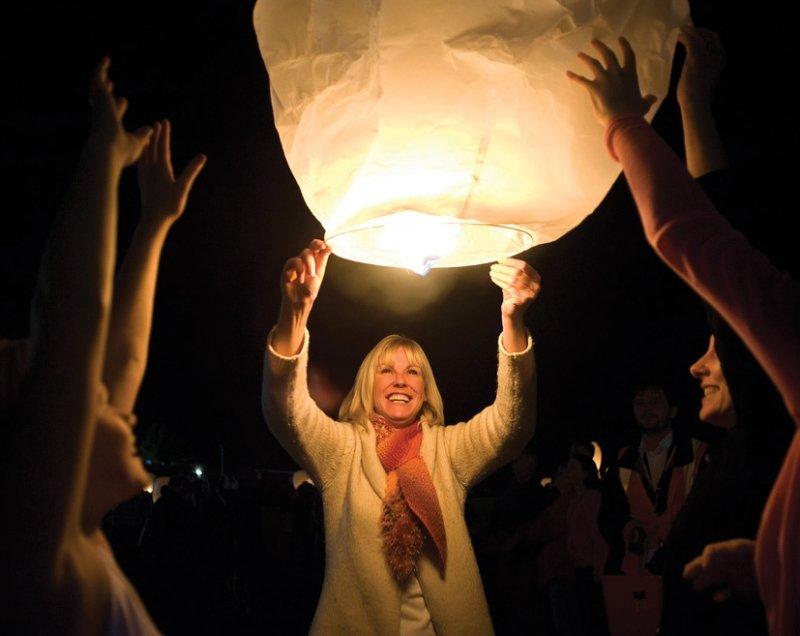 Семейное торжество заканчивается запуском небесных фонариков
