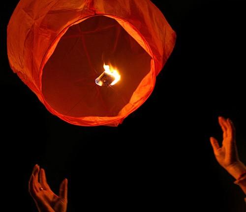 Запуск летающего фонарика: дождаться, пока фонарик заполнится горячим воздухом от горелки и отпустить