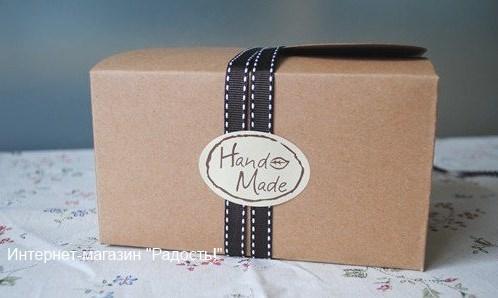Пример оформления крафт-коробки овальным стикером handmade