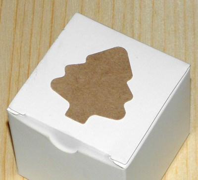 стикер наклеен на коробочку с новогодним подарком / стикеры ёлочка из крафт-картона