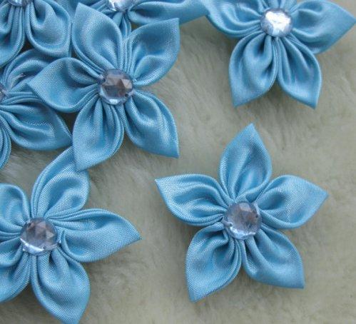 """8.33:  """"Остролистики """" - цветы из атласных лент голубого цвета..."""