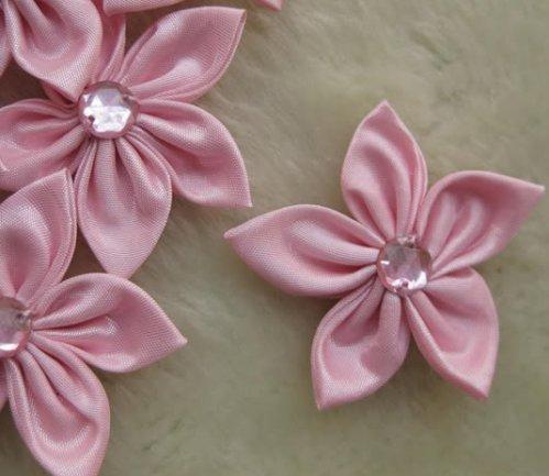 """8.33:  """"Остролистики """" - цветы из атласных лент розового цвета..."""