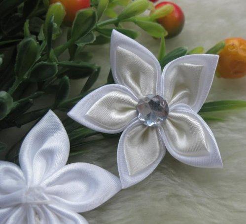 31 остролистые цветы из атласных лент