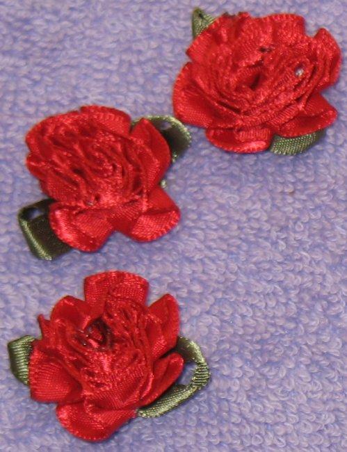 8034. Розы с лепестками из атласных лент красного цвета, размер 30 мм / оформление подарков своими руками.