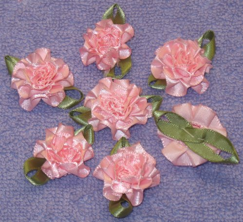 8034. Розы из атласных лент светло-розового цвета, размер 30 мм.
