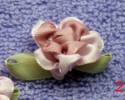 8035. Роза из атласных лент: розово-кремовая сердцевинка, светло-розовые...