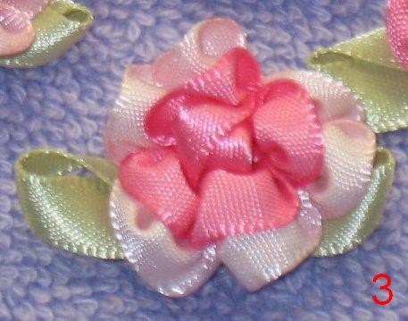 8035. Роза из атласных лент: розовая сердцевинка, светло-розовые края, с...
