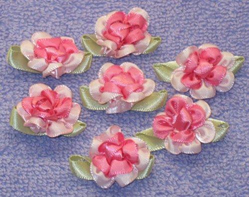 8035. Розы из атласных лент: розовая сердцевинка, светло-розовые края...