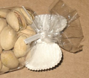 обратная сторона целлофанового пакета, оформленного твистом с бантом