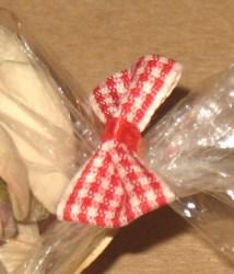 вид сбоку на твисты из крафт-бумаги с бантиком