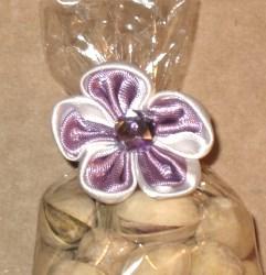 украшение на целлофановой упаковке: цветок из атласной ленты с твистом