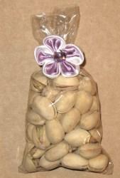 упаковка из целлофана украшена цветком из атласной ленты с твистом