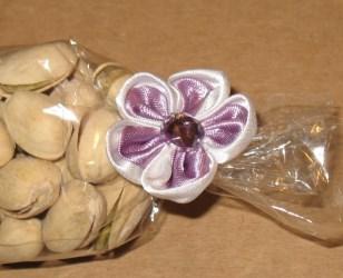 оформление пакета из целлофана цветком из атласной ленты